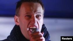 Российский блогер, оппозиционный активист Алексей Навальный во время акции протеста против итогов выборов в Госдуму. Москва, 5 декабря 2011 года.