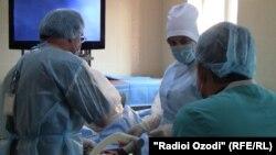 Operasiýa geçirýän doktorlar