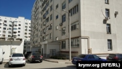 В многоквартирном доме по адресу проспект Победы, 49-Б камеры видеонаблюдения установлены на двух из трех подъездов