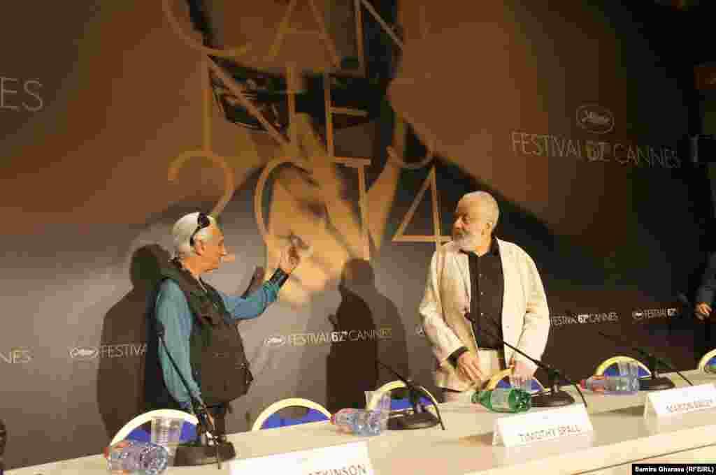 مایک لی (راست) در کنار مجری جلسه پس از نمایش فیلم