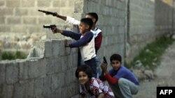 Пакистанские дети играют с игрушечным оружием неподалеку от места, где укрывался глава «Аль-Каиды» Усама бен Ладен. Абботтабад, 7 мая 2011 года.
