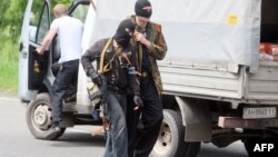 Озброєні сепаратисти обшукують автомобілі на дорозі з Донецька в Маріуполь, 15 травня 2014 року