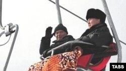Президент Узбекистана Ислам Каримов и президент Казахстана Нурсултан Назарбаев едут в люльке канатной дороги на горнолыжном комплексе «Шымбулак». Алматы, 8 января 2001 года.