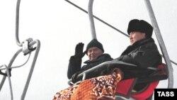 Өзбекстан президенті (сол жақта) Ислам Каримов пен Қазақстан президенті Нұрсұлтан Назарбаев Талғар асуына тартылған аспалы жолмен Шымбұлақ спорт кешеніне кетіп барады. 8 қаңтар 2001 жыл.