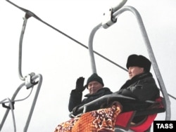 Президент Казахстана Нурсултан Назарбаев и президент Узбекистана Ислам Каримов (слева) едут по канатной дороге на горнолыжном курорте «Чимбулак». Алматы, 8 января 2001 года.