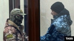 Один із захоплених ФСБ Росії українських моряків у суді окупованого Сімферополя перед перевезенням до Москви, 28 листопада 2018 року