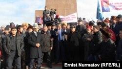 Шаар башчысынын милдетин аткаруучу Мелис Мырзакматов митингчилердин алдында сөз сүйлөп жатат. Ош, 2-декабрь, 2013.