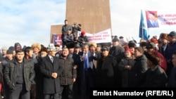 Hundreds rallied in support of jailed ex-parliamentary speaker Akmatbek Keldibekov. (file photo)