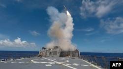 Запуск крылатой ракеты «Томагавк» с борта американского эсминца во время учений в Средиземном море 20 сентября 2016 года.