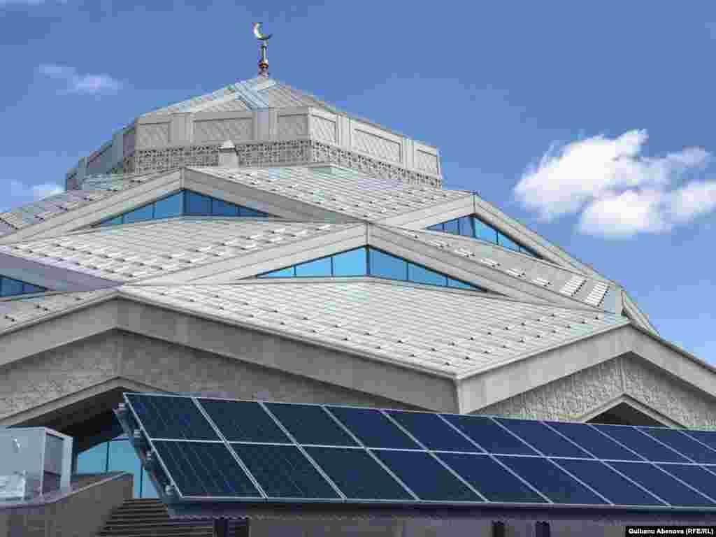 На объекте установлено оборудование европейских компаний: высокоэффективная энергосберегающая вентиляционная установка и комплект солнечных панелей площадью 1295 квадратных метров.