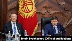Первый вице-премьер-министр КР Толкунбек Абдыгулов (слева) и премьер-министр КР Сапар Исаков.