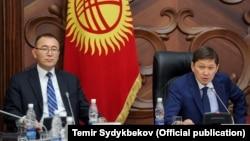 Өкмөт башчы Сапар Исаков менен Улуттук банктын жетекчиси Толкунбек Абдыгулов. 4-октябрь, 2017-жыл