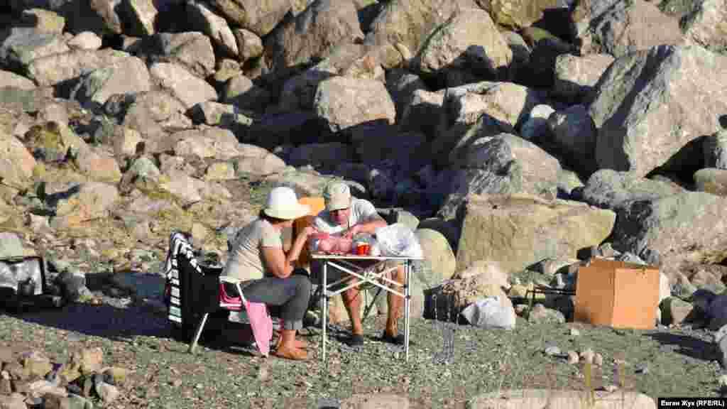 Хтось влаштовує на пляжі пікнік
