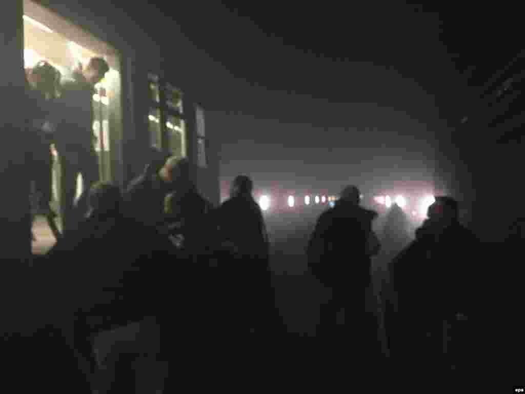 """Люди выбираются из поезда метро возле станции """"Мальбек"""" после взрыва. 22 марта 2016 года."""
