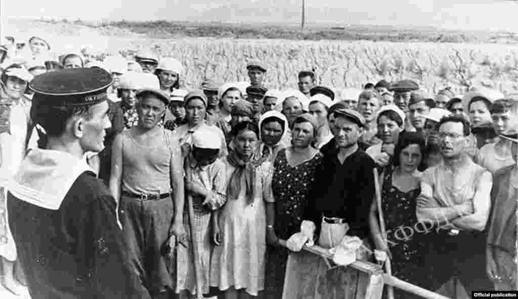 Чоң Чүй каналынын куруучулары менен кызылфлотчунун жолугушу. Сүрөттүн автору: С.Харченко. 1941-жыл. 