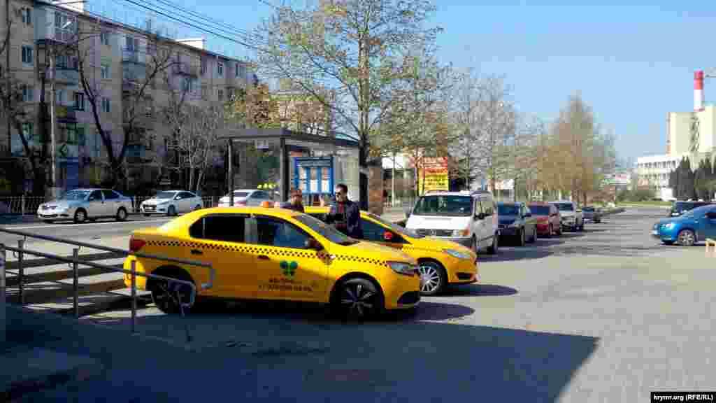 Водители такси на улице в Севастополе