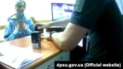Український прикордонник ставить штамп про заборону на в'їзд в Україну російській співачці Глюкозі