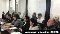 Подсудимые – предполагаемые участники преступной группировки (за стеклом) – и их адвокаты. Алматы, 28 марта 2018 года.
