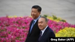 Қазақстан президенті Нұрсұлтан Назарбаев (оң жақта) пен Қытай президенті Си Цзиньпин.