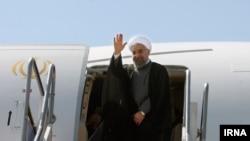 Hassan Rouhani İranda təyyarəyə minərkən