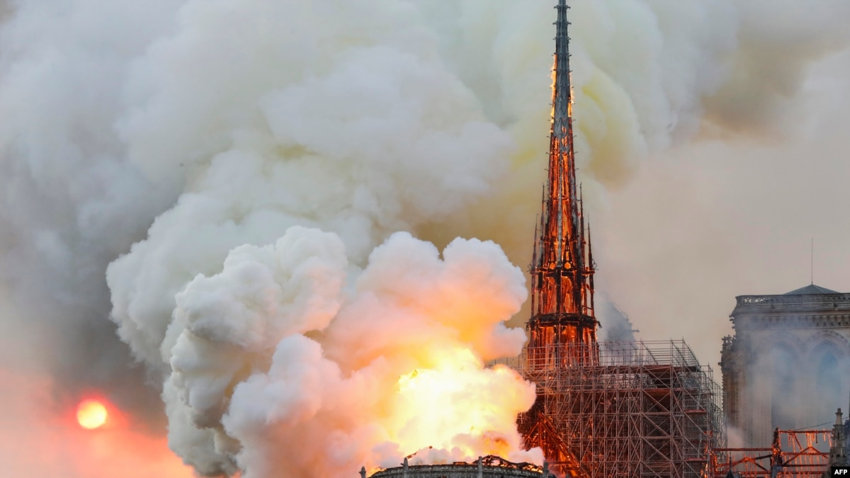 Шпиль собору Паризької Богоматері обвалився через пожежу