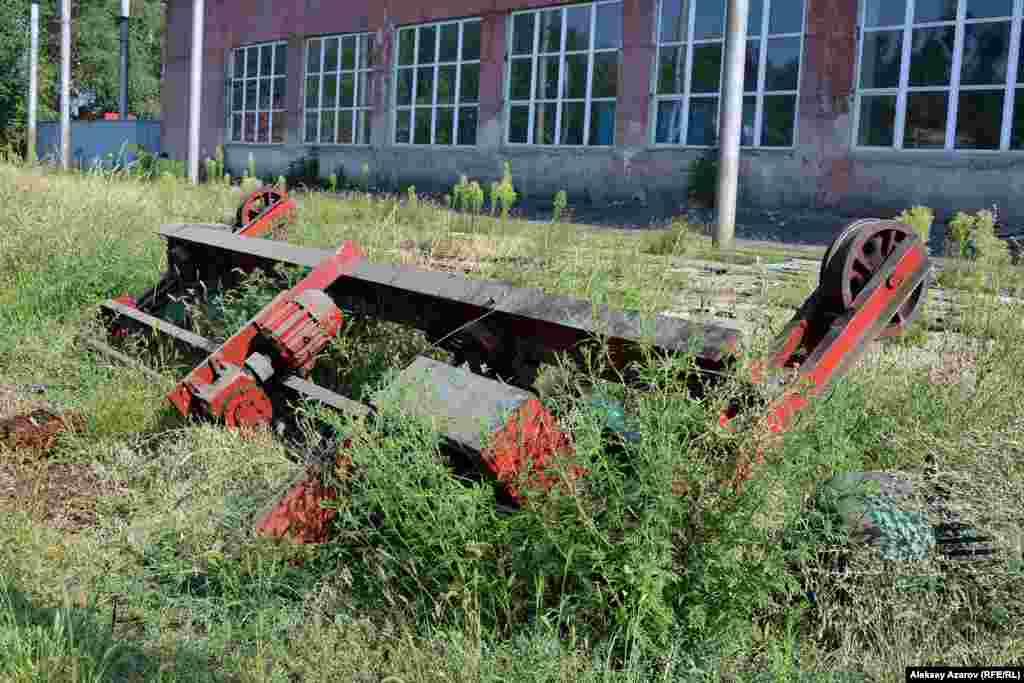 Местами на территории валяются металлические конструкции, части старыхтрамваев. Алматы, 9 августа 2016 года.