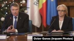 Klaus Iohannis și Viorica Dăncilă, la o ședință de guvern din decembrie 2018