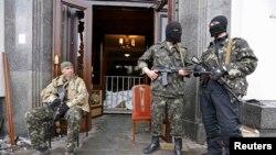Проросійські сепаратисти в Луганську, квітень 2014 року