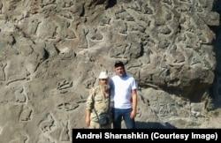 A kép idén júliusban készült Saraskinról és egy férfiról, aki nyulak százait véste egy sziklafalba Petrozavodszkhoz közel
