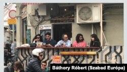 Egy ital mellett beszélgetnek a helyiek a tel-avivi Carmel piacon a járvány kitörése előtt.