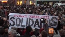 Dünyada biñlerce insan Charlie Hebdo mecmuasına birdemlikni bildirmek içün soqaqlarğa çıqtı