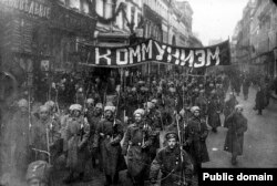 """Soldați cu o pancartă pe care scrie """"Comunism"""", Moscova, octombrie 1917"""