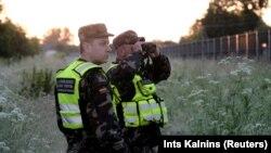 Литовські прикордонники використовують термовізійні прилади для контролю кордону Литви та Білорусі поблизу Адутіскіса, Литва 15 червня 2021 року