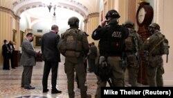 Полиция поддерживает порядок в здании Конгресса США, 6 января 2021 года