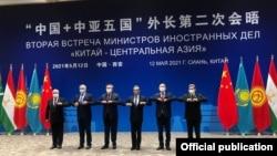 Министры иностранных дел - участники встречи «Китай - Центральная Азия». Слева направо: Абдулазиз Камилов (Узбекистан), Сироджиддин Мухриддин (Таджикистан), Мухтар Тлеуберди (Казахстан), Ван И (Китай), Руслан Казакбаев (Кыргызстан), Рашид Мередов (Туркменистан).
