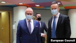 Szijjártó Péter magyar külügyminiszter horvát kollégájával, Gordan Grlić-Radmannal az uniós külügyminiszterek megbeszélésén Brüsszelben, 2021. február 22-én.
