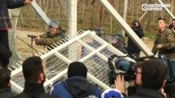 Мигранты сносят ограждения на границе Греции и Македонии
