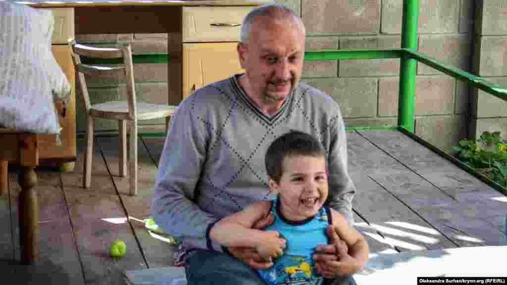Младший сын Юсуф играет с дедушкой