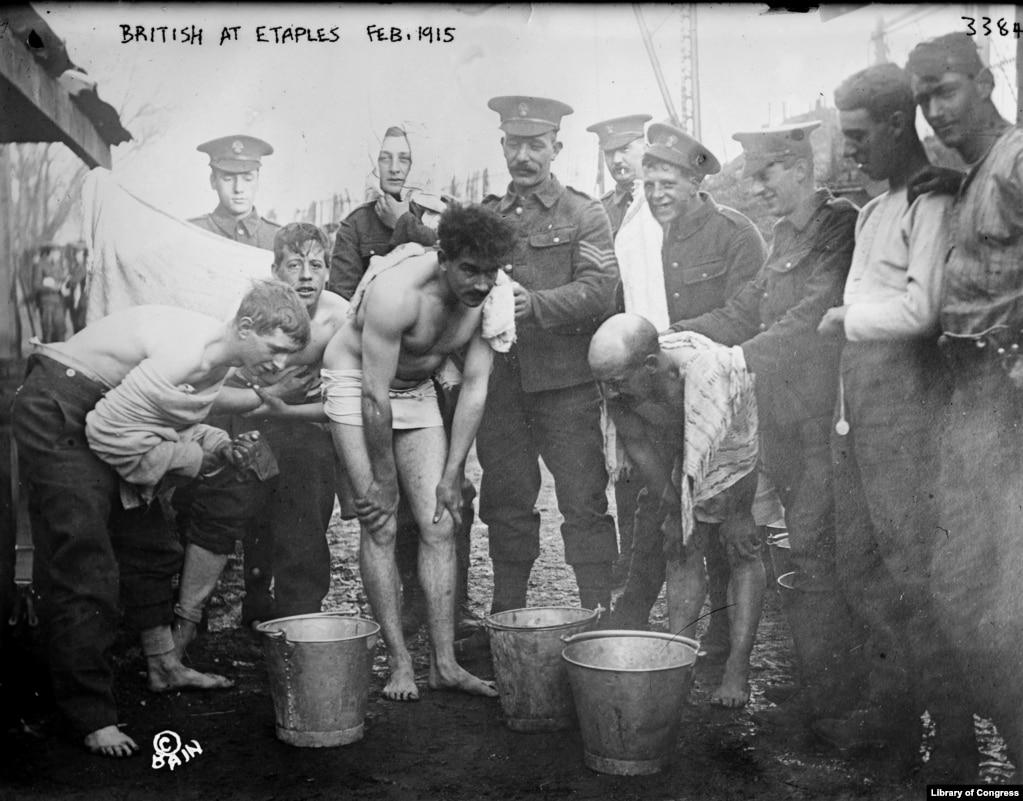 """В лагере в Этапле (фотография 1915 года) постоянно происходила ротация войск. Туда прибывали измученные солдаты с поля боя. Вирус """"испанки""""может передаваться от животных, например, птиц человеку двумя способами – напрямую или через свиней. В Этапле были возможны оба варианта."""