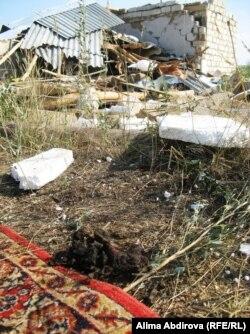 Ақтөбе қаласы маңындағы Қызылжар ауылындағы осы үйге тығылған күдіктілер полиция келгенде өздерін-өздері жарып жіберген. 30 шілде 2011 жыл.