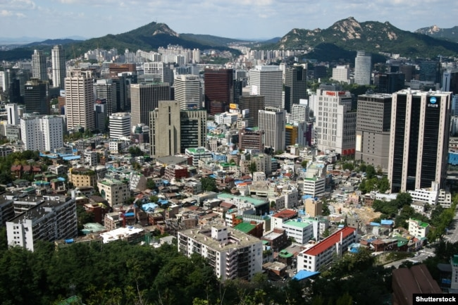 Oñtüstik Koreya astanası Seul qalasındağı eski jäne jaña üyler. (Körneki suret)