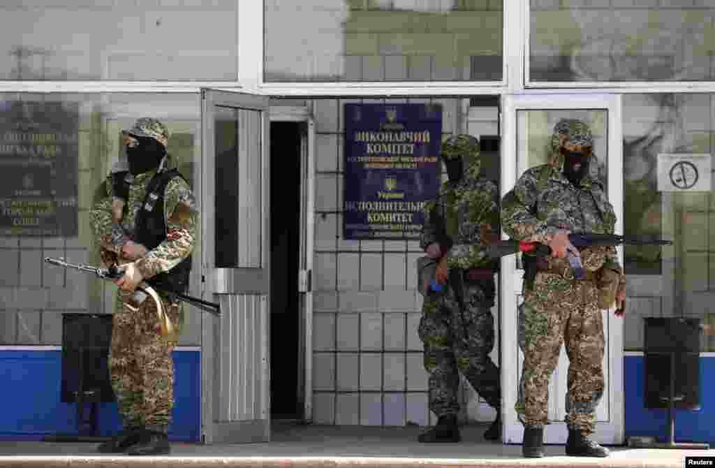Бойовики з російськими «георгієвськими стрічками» перед захопленою будівлею Виконкому Коснтянтинівської міськради, 28 квітня 2014 року