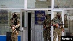 جداییطلبان مسلح هوادار روسیه در مقابل ساختمان شهرداری کوستیانتینیفکا.