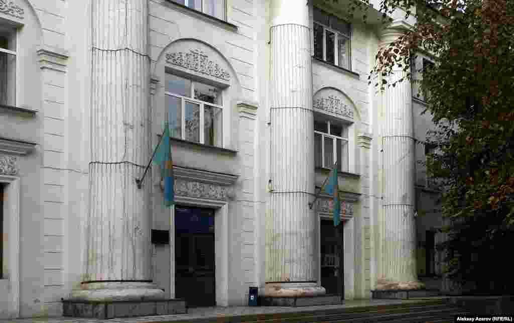 Административное здание машиностроительного завода имени Сергея Кирова. По некоторым данным, японские пленные работали на строительстве этого объекта. Алматы, 21 октября 2006 года.