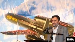 محمود احمدی نژاد روز یکشنبه از جت بمب افکن بدون سرنشین «کرار» رونمایی کرد.
