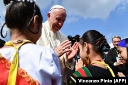 Папа Римский по прибытии в Мьянму