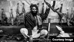 Талиб демонстрирует свое оружие.