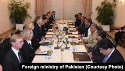 АКШ жана Пакистан расмийлеринин 24-октябрдагы жолугушуусу.
