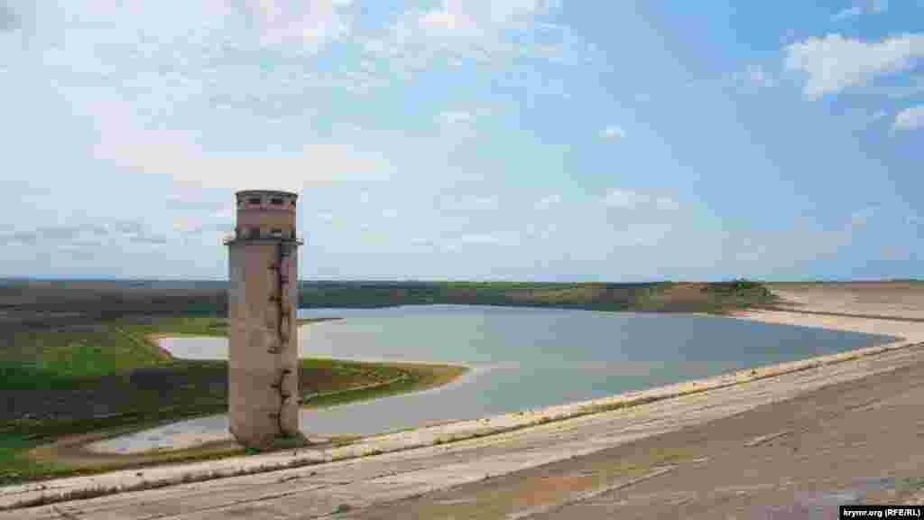 Башня у плотины, длина которой составляет 1,8 километра