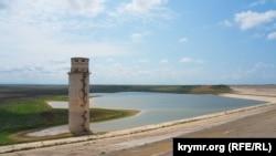 Сильно обмелевшее Межгорное водохранилище в Крыму, июнь 2020 года